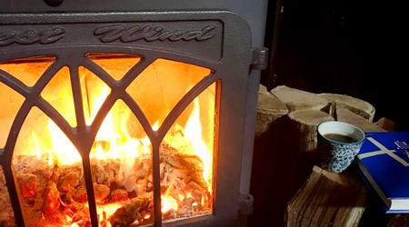 古民家に設置した、炭・薪ストーブ「ドモネ」