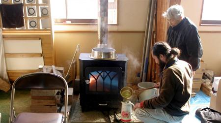東日本大震災で被災地に無償提供された、炭・薪ストーブ「ドモネ」